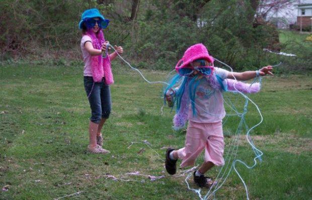 Дети играют с аэрозольным серпантином