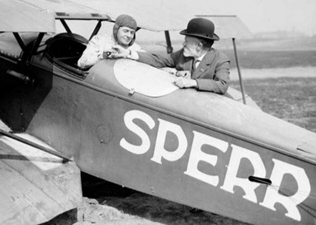 Фото старого самолёта и пилота