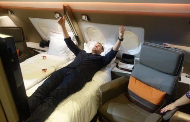 Мужчина лежит на кровати в самолёте