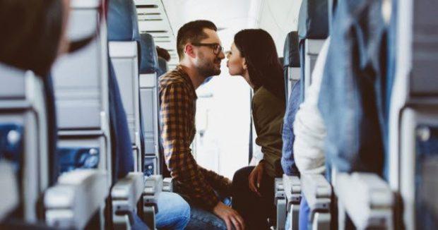 Парочка в салоне самолёта
