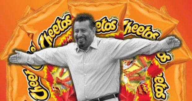 Ричард Монтанес на фоне пачек с чипсами