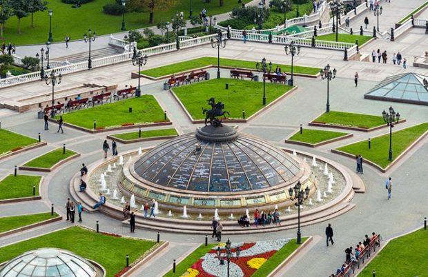 Фонтан «Часы мира» на Манежной площади в Москве
