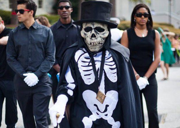 Человек в костюме скелета