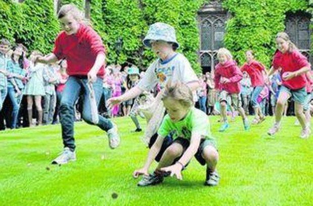 Дети ловят монетки
