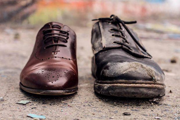 Два разных ботинка