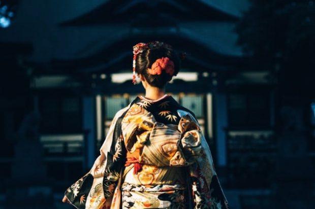 Фото гейши со спины