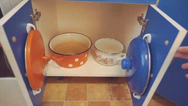 Крышки кастрюль можно развесить по стенкам шкафичка