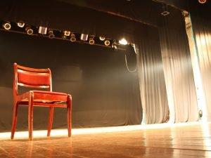 Стул на сцене театра