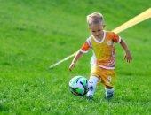 малыш с футбольным мячом
