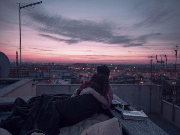 Секс на крыше дома