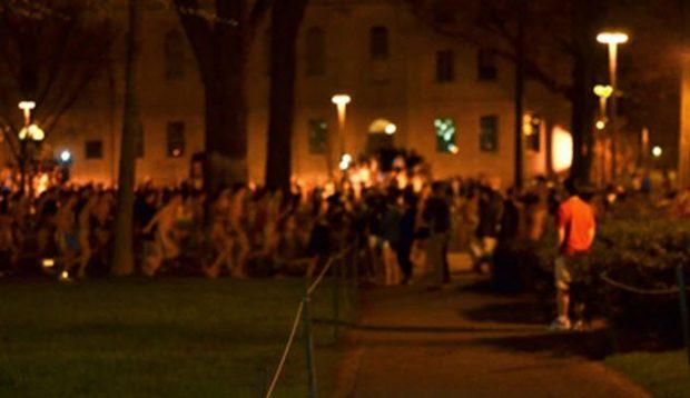 Толпа людей на ночной улице