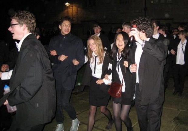 Толпа юношей и девушек