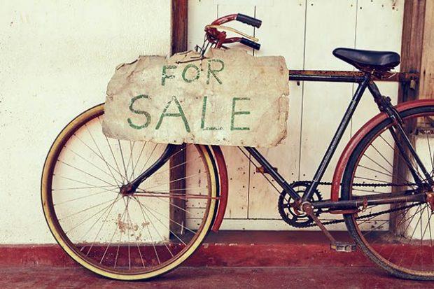 Велосипед с табличкой «продаётся»