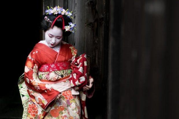 Юная гейша в кимоно