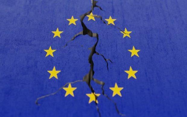 Флаг Евросоюза с трещиной