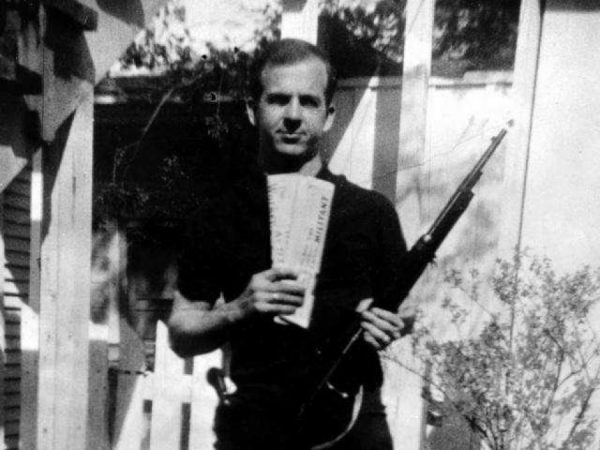 Ли Харви Освальд с винтовкой