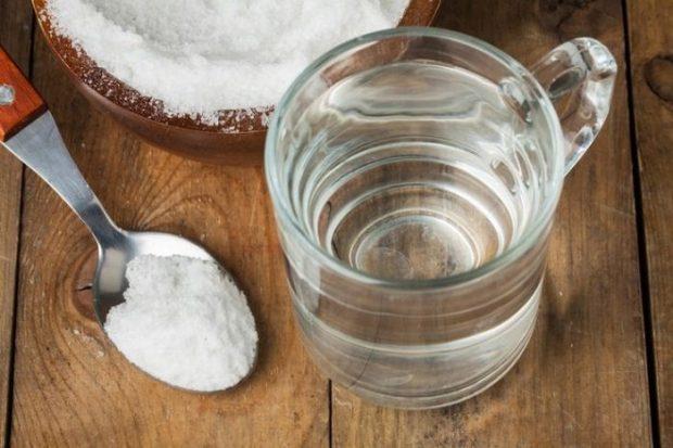 Ложка с солью и кружка с водой