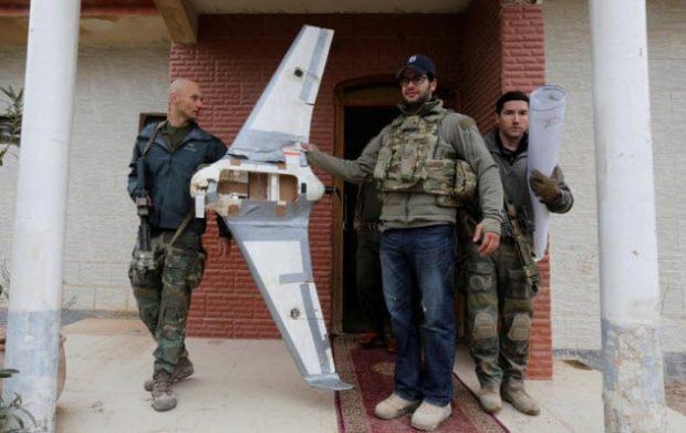Мужчины держат хвостовое оперение самолёта