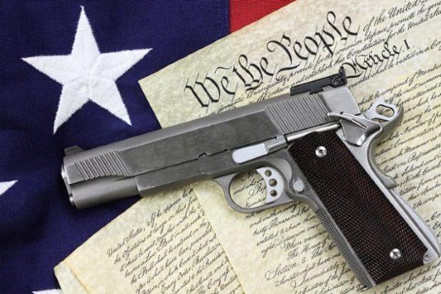 Пистолет лежит на бумагах
