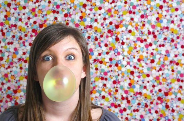 Девушка с пузырём от жвачки
