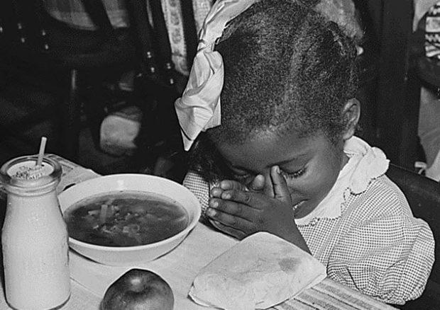 Ребёнок за обеденным столом