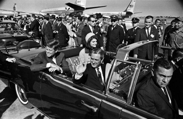 Джон и Жаклин Кеннеди в аэропорту Лав-филд, перед отъездом в Даллас