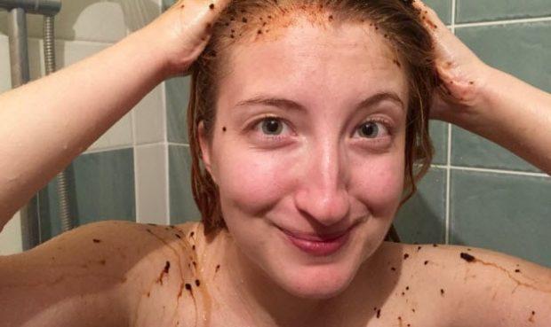 Женщина моет голову кофе