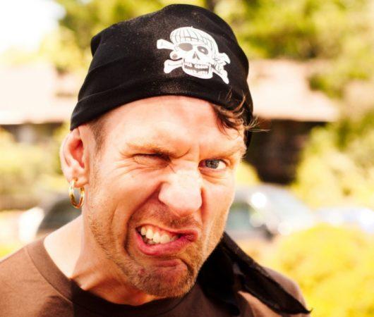 Пират с серьгой в ухе