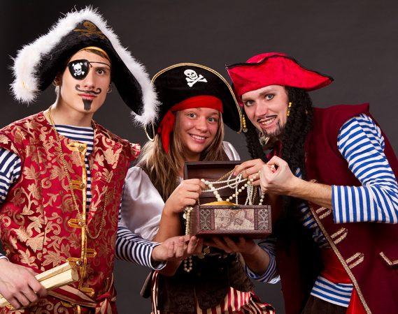 Люди, переодетые пиратами
