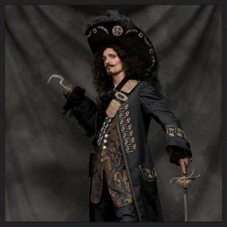 Пират с крюком