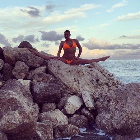 Анастасия Волочкова в шпагате на камнях у моря