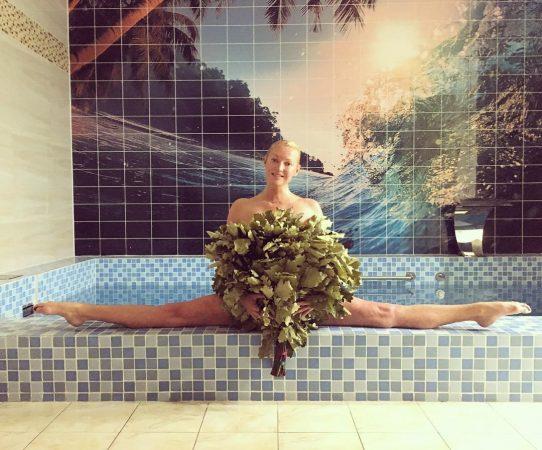Поразительный шпагат Анастасии Волочковой в бассейне