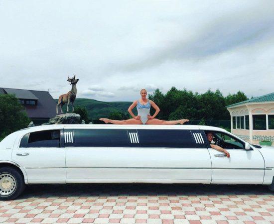 Анастасия Волочкова в шпагате на крыше лимузина