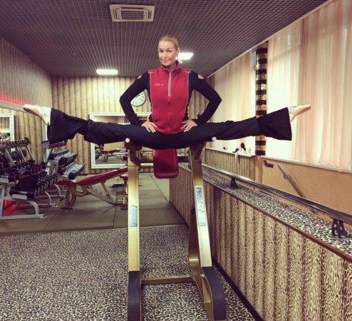 Анастасия Волочкова в шпагате на тренажёре