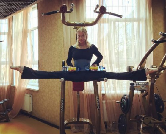 Шпагат знаменитой балерины на спортивном тренажёре