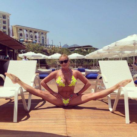 Длинные ноги знаменитой балерины расположились сразу на двух лежаках на пляже