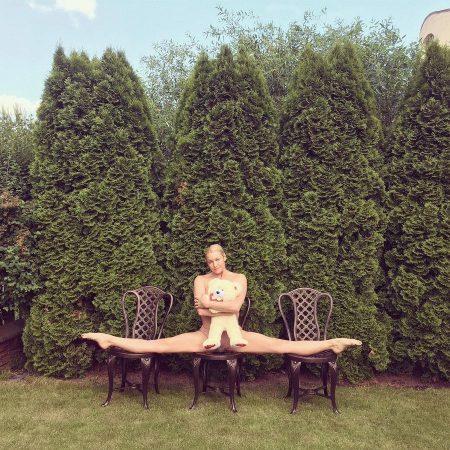 Шпагат Волочковой на трёх стульях