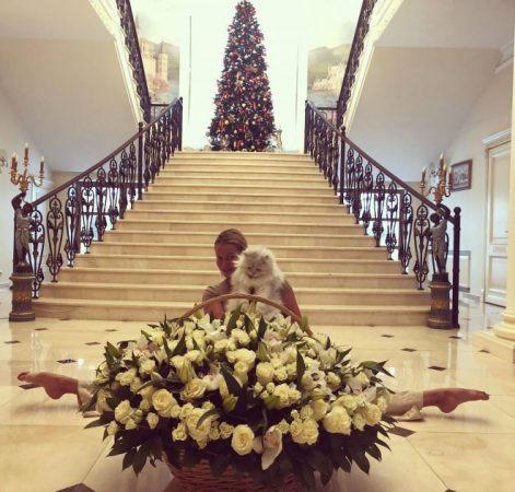 Знаменитый шпагат Волочковой прямо на кафеле у парадной лестницы