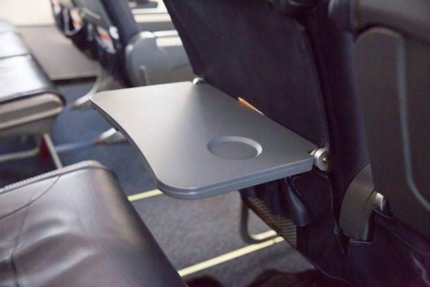 откидной столик в самолёте