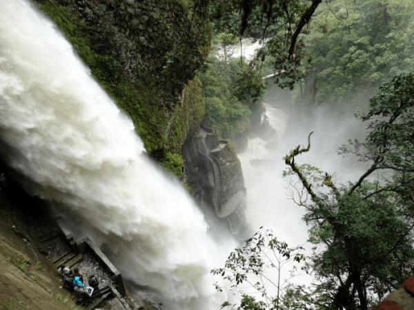 Лестница у водопада Пайлон дель Дьябло (Эквадор)