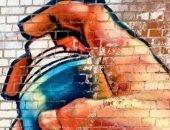 рисует граффити