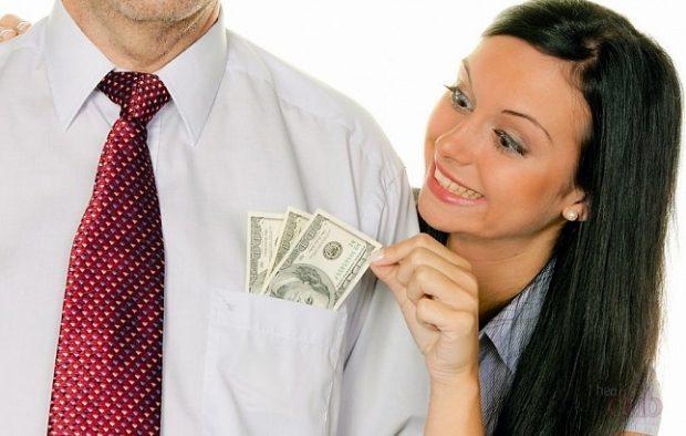 Женщина вытаскивает доллары из кармана мужчины