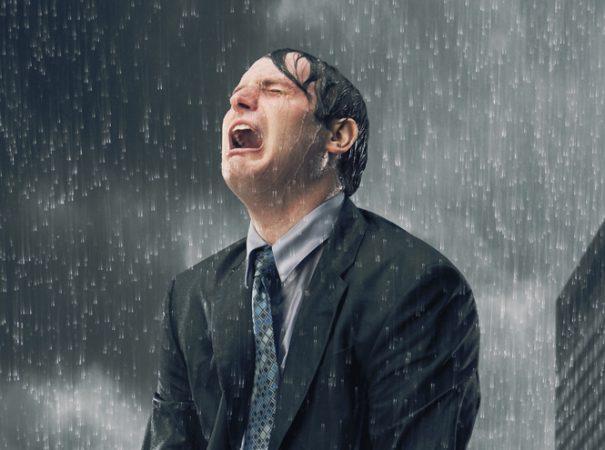 Мужчина кричит под дождём