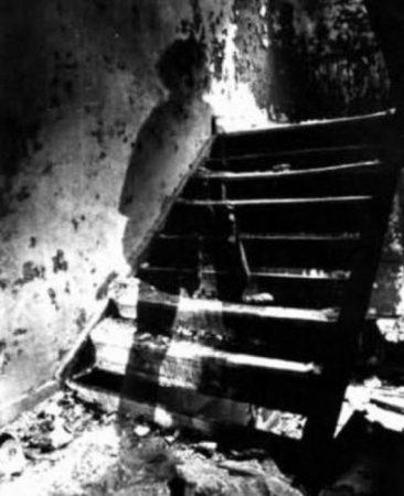 Фантом солдата на лестнице старого дома