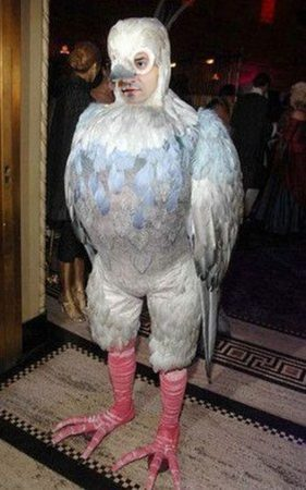 Мужчина в костюме голубя