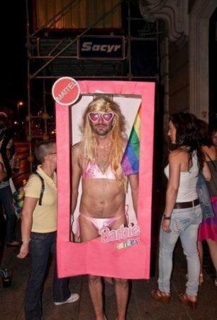 Мужчина в костюме Барби в коробке