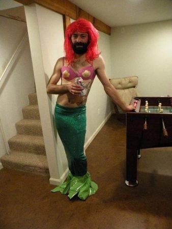 Мужчина в костюме русалки