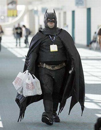 Мужчина в костюме Бэтмена