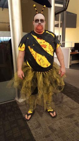 Мужчина в костюме кровожадной пчёлки