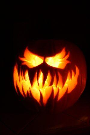 Тыква для Хэллоуина, подсвеченная изнутри